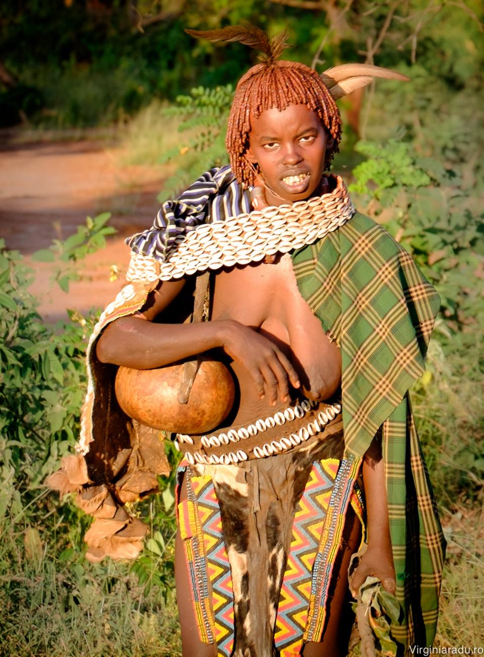 apartinatorii tribului cred ca anumite obiecte din natura precum roci sau copaci sunt insufletite