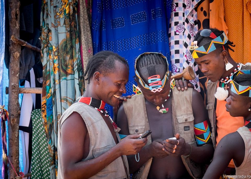 Se pare ca tehnologia nu ii ocoleste nici pe cei din triburi