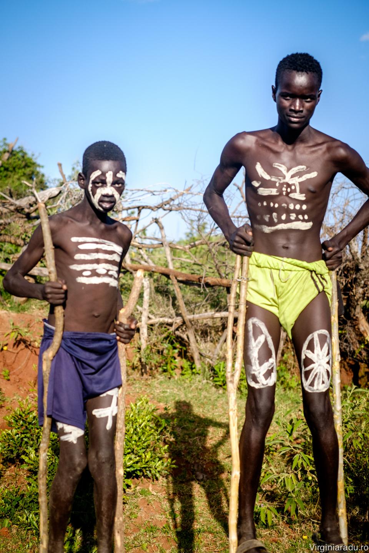 Am oprit masina si i-am pozat. In drumul spre satul lor, surprizele se tin lant...