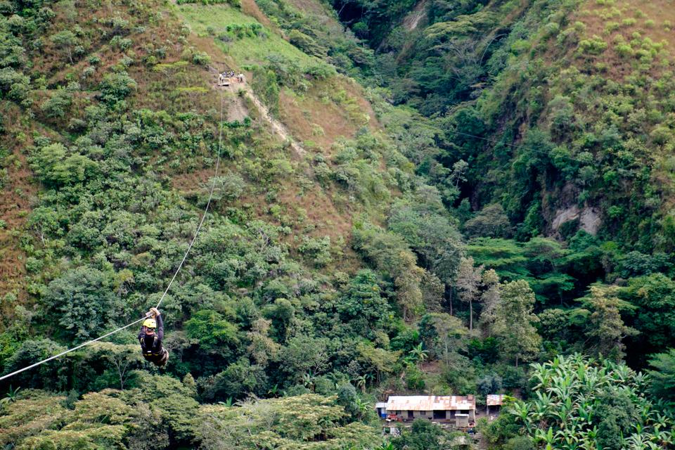 Peru. Tiroliana, in drum spre Machu Picchu