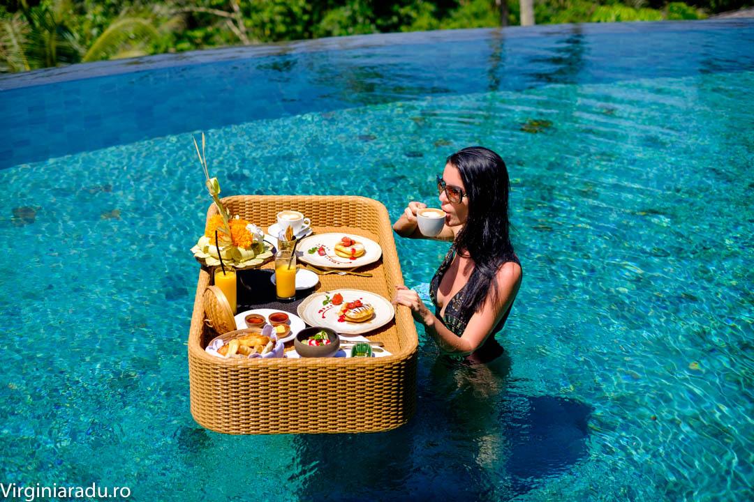 Ce ziceti de un mic dejun in piscina?
