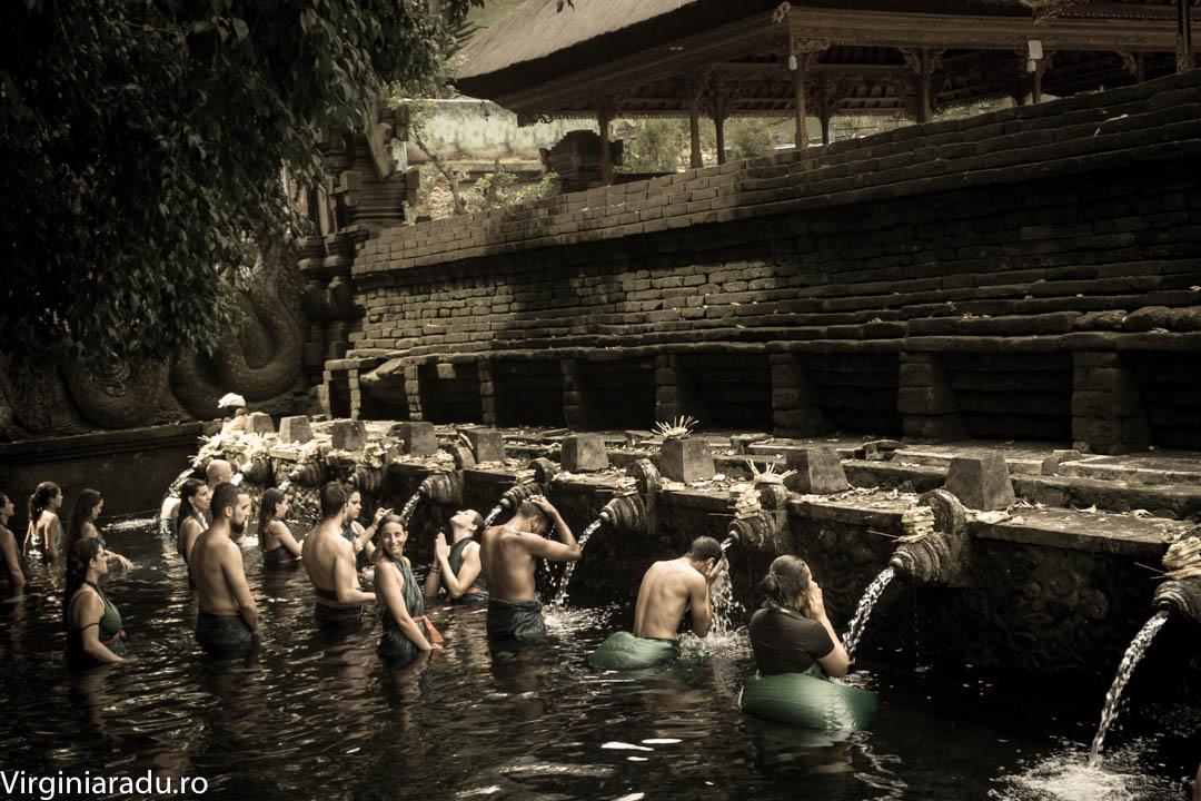 Tirta Empul este un templu important pentru credinciosii balinezi. Aici se practica diverse ritualuri de purificare in bazinele de apa care servesc templul