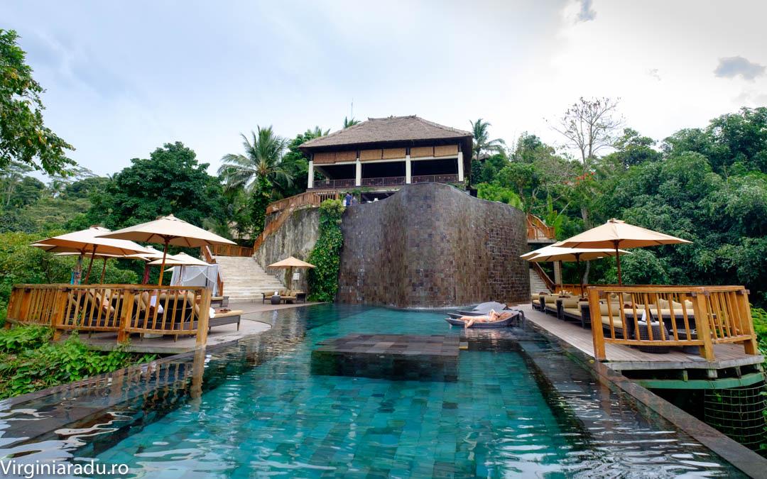 Restaurantul si piscina principala